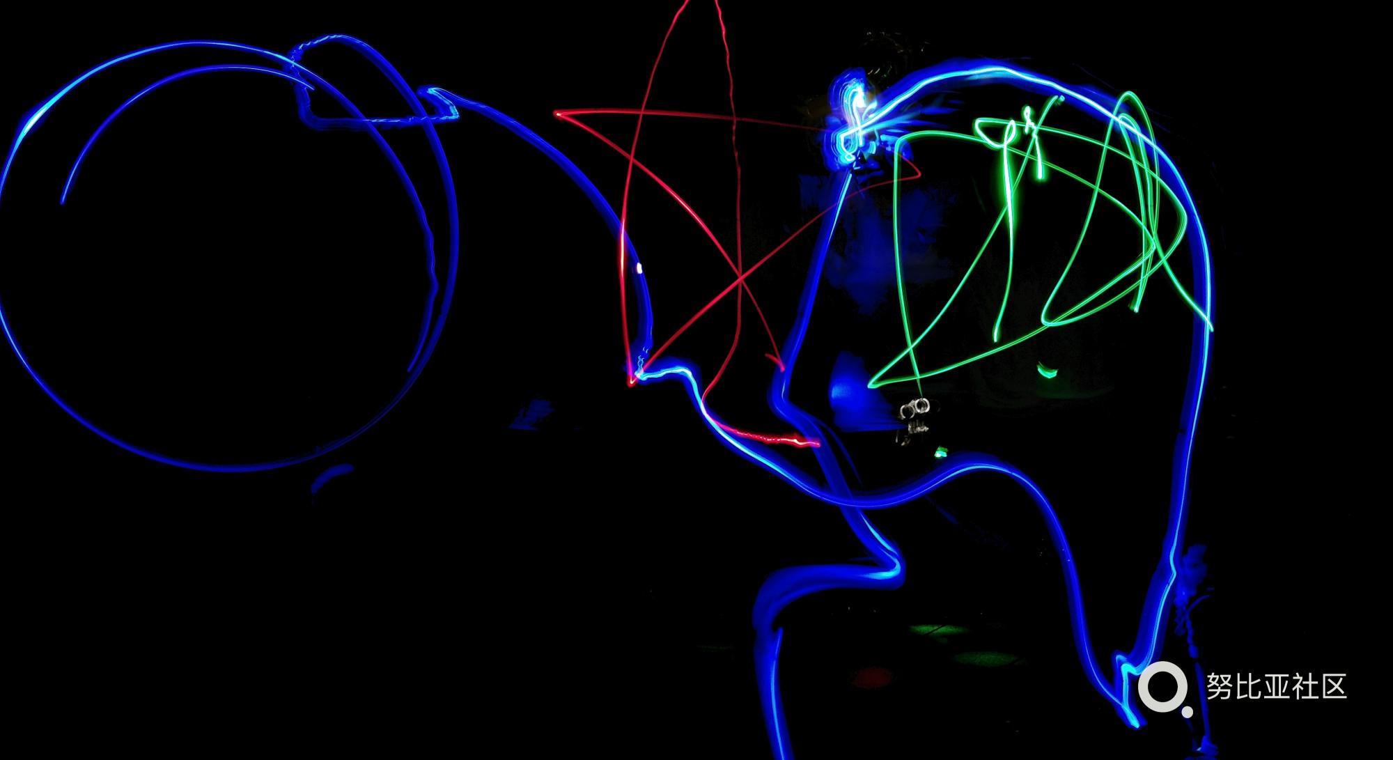 小学生拍的?这是真的,红魔手机光绘创意拍照图片