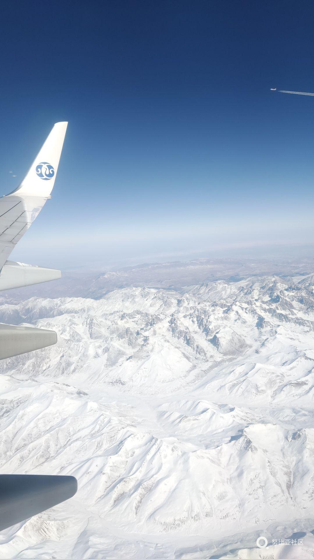 坐在去乌鲁木齐的飞机上穿越雪山,然后望着隔壁的飞机,眼睁睁的把我机超过。