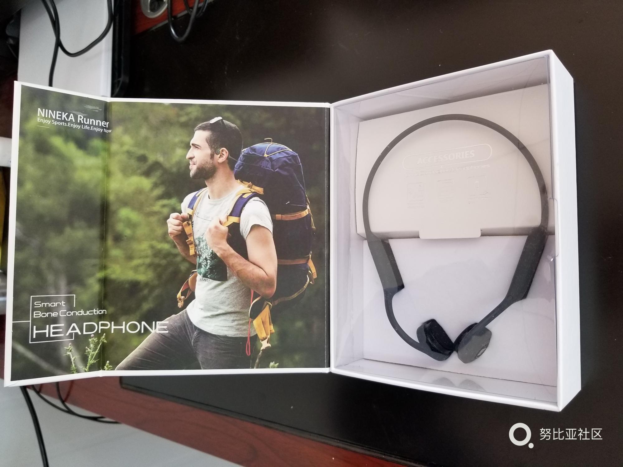 打开包装,左边一张远行者的照片,右边放置着耳机本体